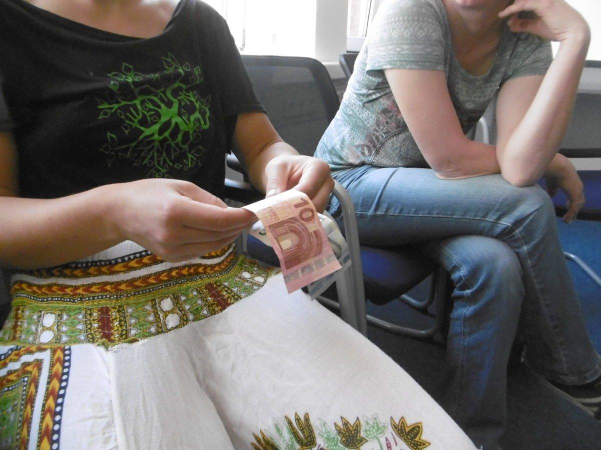 Eine Seminarteilnehmerin ertastet einen 10€ Schein